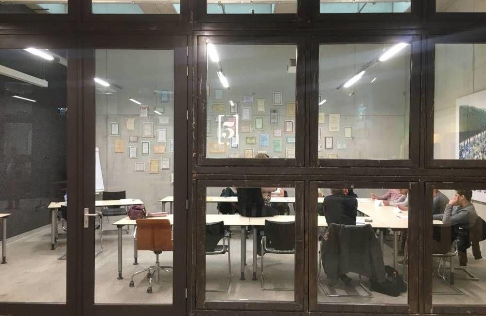 Brukte vinduer kan f.eks flyttes fra yttervegg til innervegger med lavere U-verdi krav. Fra Circl, Utrecht.