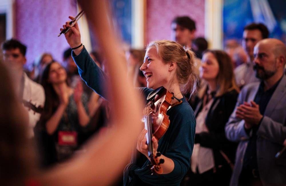 Nadia Skånseng fra 1B1 bidro til å skape god stemning på mottagelse i Oslo rådhus. Foto: Geir Anders Rybakken Ørslien