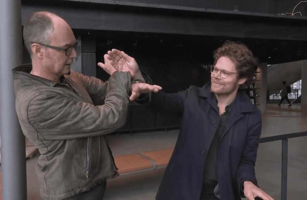 Arkitektene  Einar Hagem og Marius Mowé viser hvordan lyssjaktene er bygget opp. Foto: TC Media