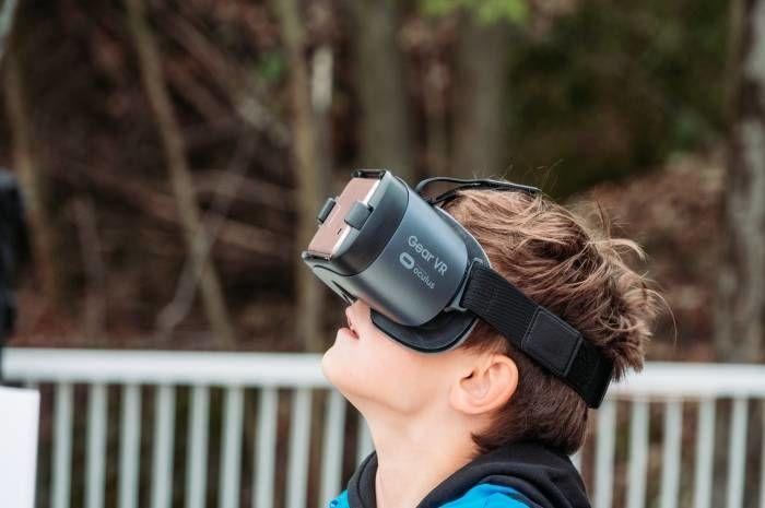 Nedim Karabeg fra 5A på Halse skole tar en titt inn i fremtiden gjennom VR-brillene. Foto: Christian Søgaard/Nucleus