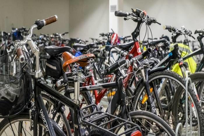 I FutureBuilt-prosjektet Grensesvingen 7 kan de ansatte sykle rett inn i parkeringskjelleren. Foto: Tove Lauluten