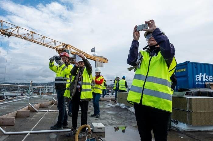 Mange som tok bilder under byggeplassbefaringen til det nye Munchmuseet. Foto: Tove Lauluten