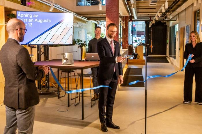Nikolai Astrup, kommunal- og moderniseringsminister, klippet secon hand-snoren og erklærte KA13 for offisielt åpnet. Foto: Tove Lauluten