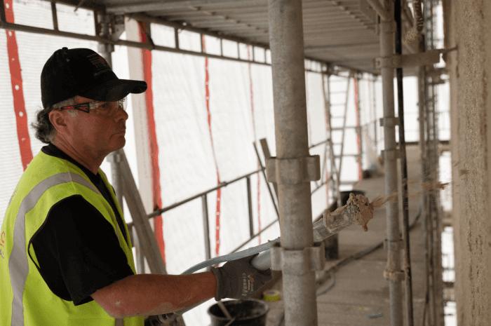 Matthias Weise, formann og murmester i Oslo Murmesterbedrift, i full gang med å påføre aerogel. Foto: Hans Kristian Hagen Riise/Oslo Havn