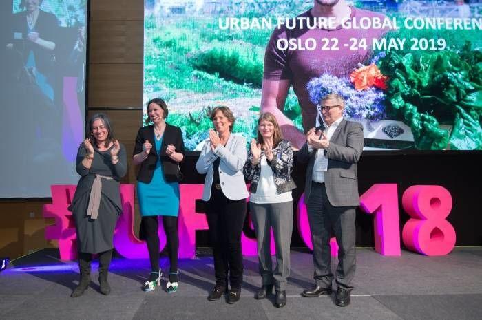 Maria Vassilakou, viseborgermester i Wien, ga stafettpinnen for Urban Future-konferansen til Oslo, Bærum, Asker og Drammen kommuner. Foto: Martin Hörmandinger