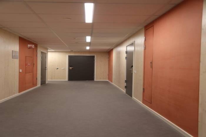 Typisk korridor MDF plater og massivtrevegger