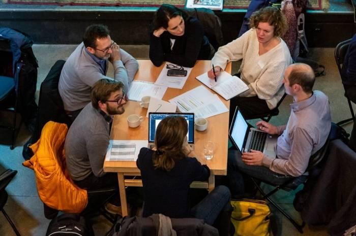 Workshopen blir digital, så avstanden mellom deltagerne blir betydelig større enn på bildet. Foto: Tove Lauluten